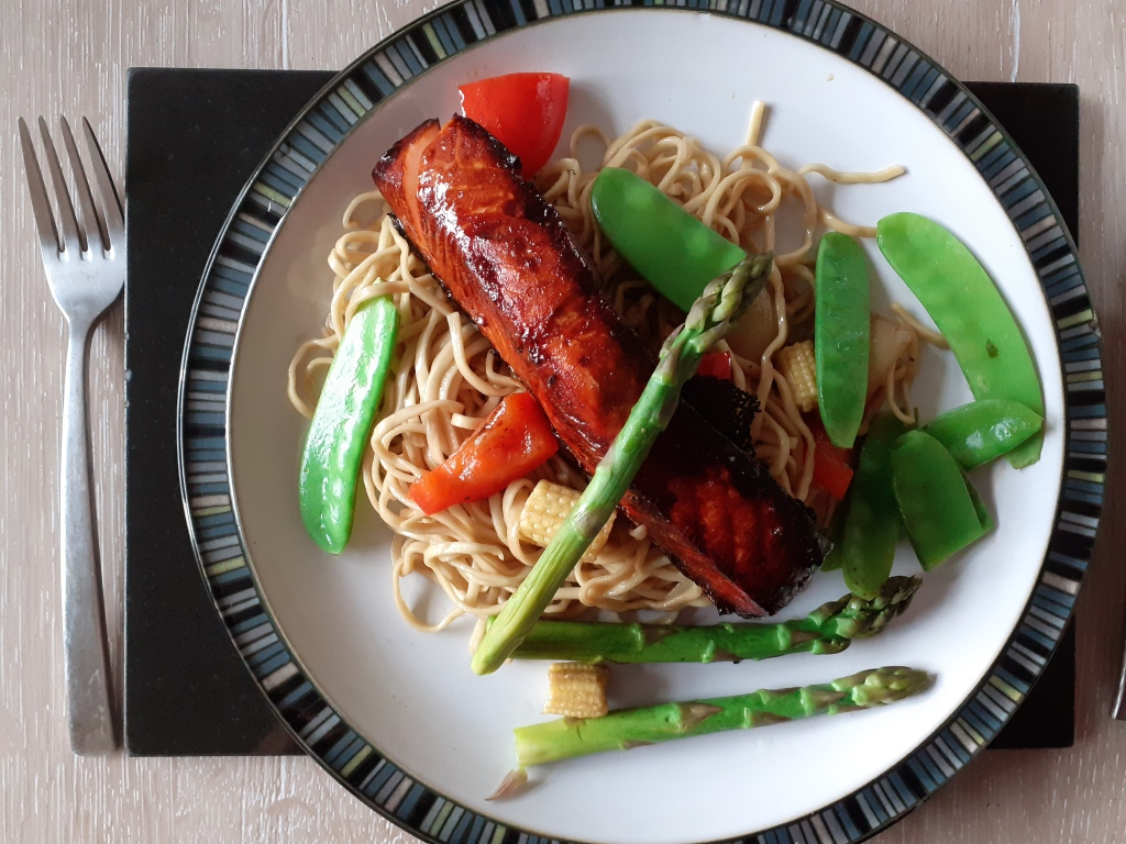 Salmon with asparagus, mange tout, peppers and noodles